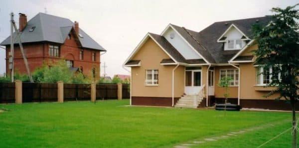 Соседние дома на участке