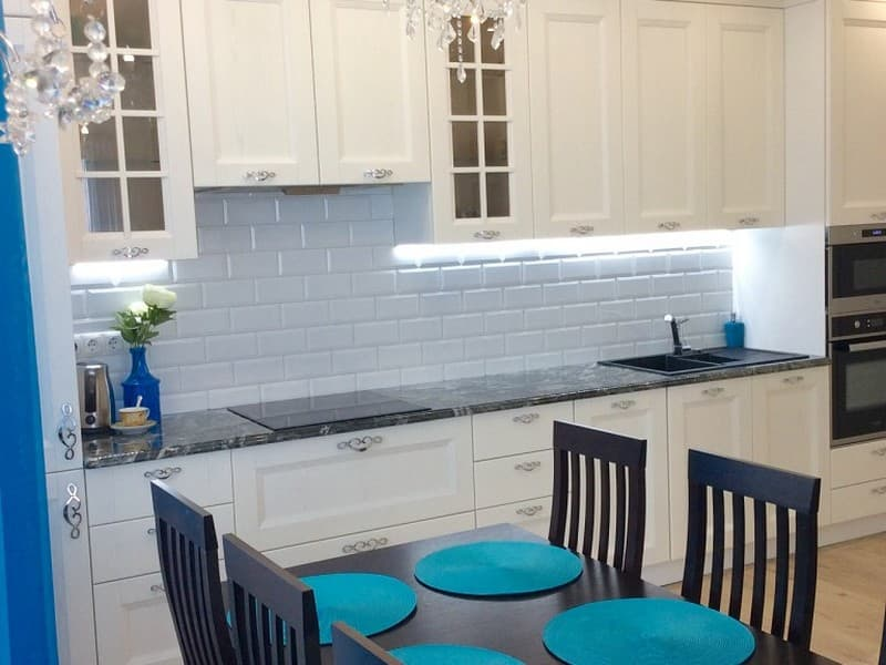 Освещение на кухне с интерьером в стиле классика