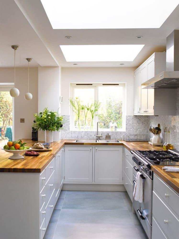 Кухня с окном посередине и полуостровом