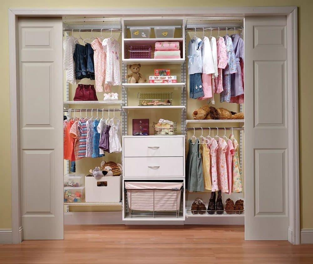 Детский шкаф-купе в виде гардеробной.