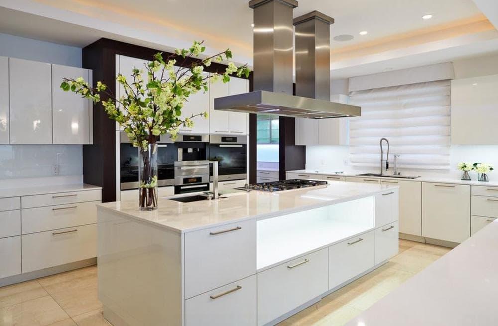 Кухня с островом в стиле хай тек