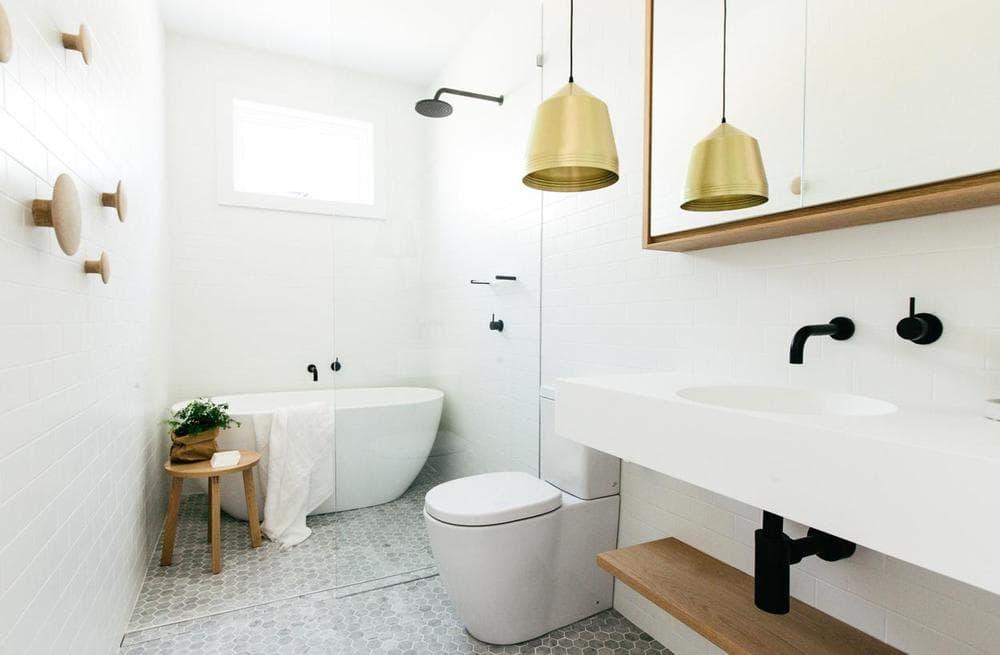 Белая ванная в скандинавском стиле