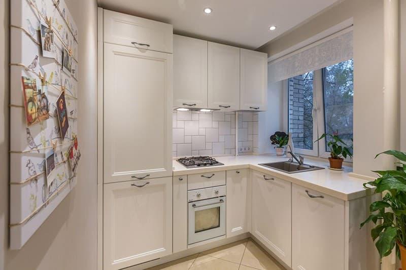 Встроенный холодильник в едином кухонном ансамбле