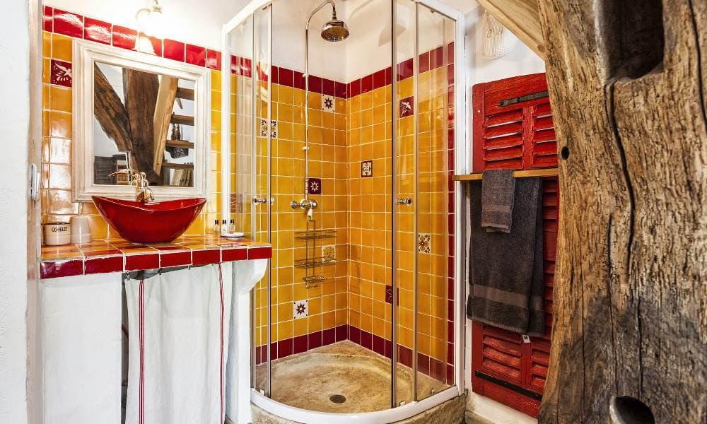 Этнический стиль в ванной с душевой кабиной