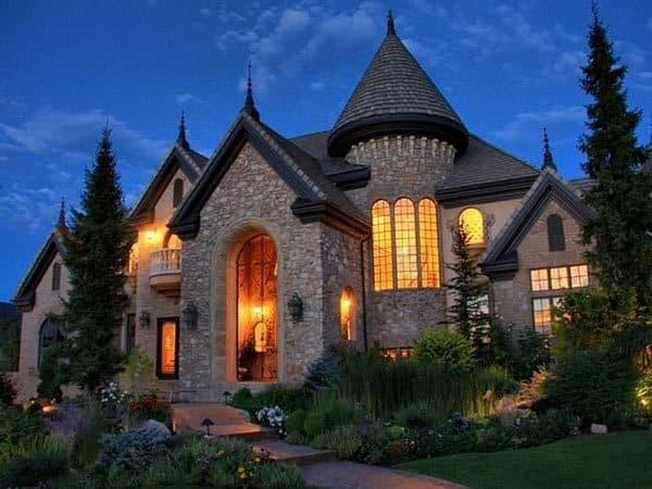 dom-v-stile-zamka-originalnyj