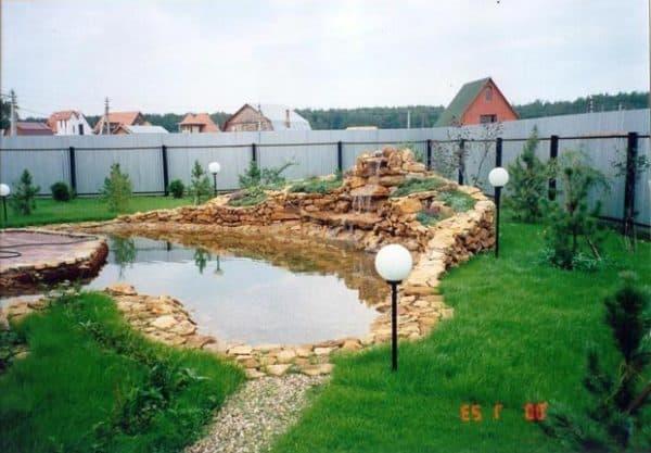Двор частного дома с водопадом