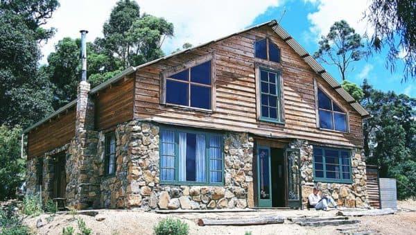 Комбинированный дом из камня и дерева