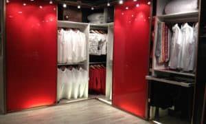 Красный шкаф-гардероб