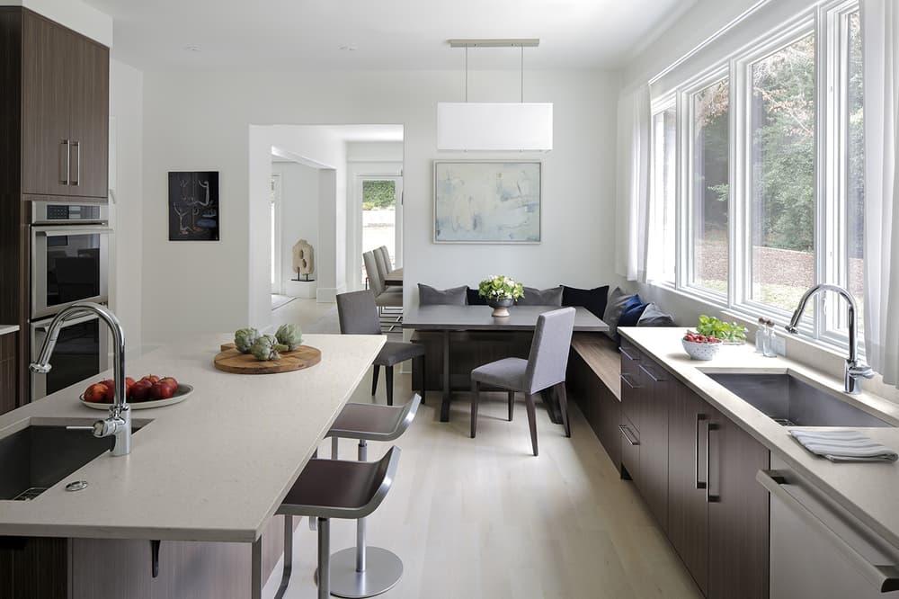 Рабочая и обеденная зона на кухне
