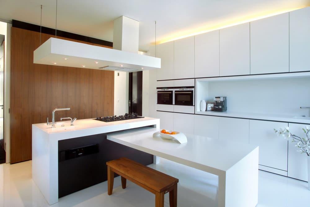 Бело-коричневая линейная кухня с островом в стиле модерн