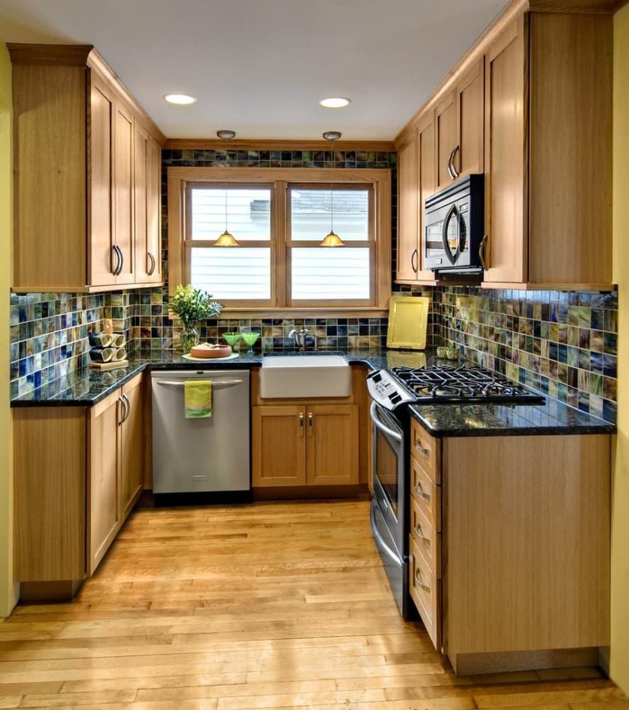 Кухня с окном посередине