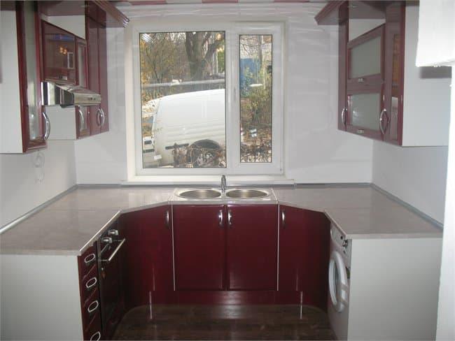 Кухня с мойкой перед окном