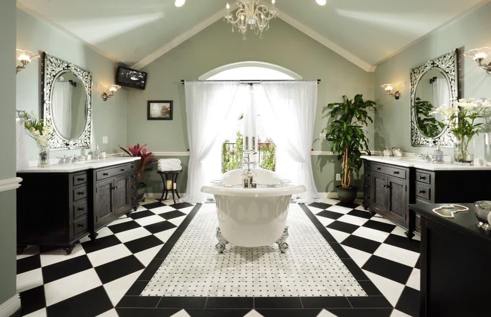 Черно-белая ванная комната в классическом стиле