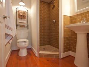 Интерьер ванной комнаты с душевой кабиной 1