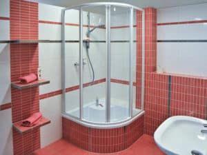 Интерьер ванной комнаты с душевой кабиной 2