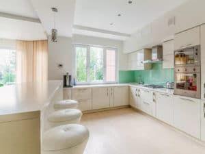Дизайн кухни в спокойных тонах 1