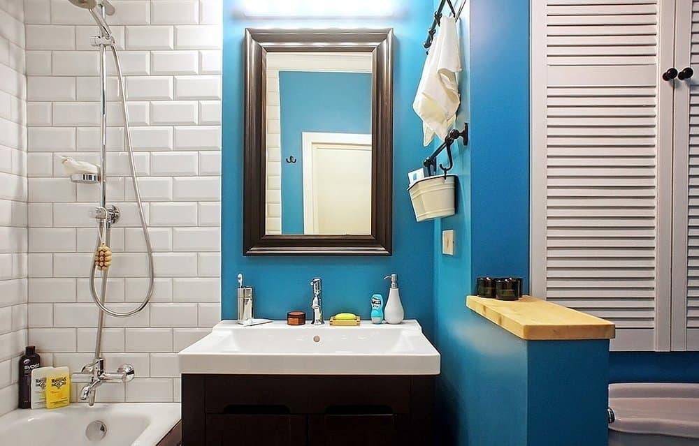 Ярко-голубые стены в ванной