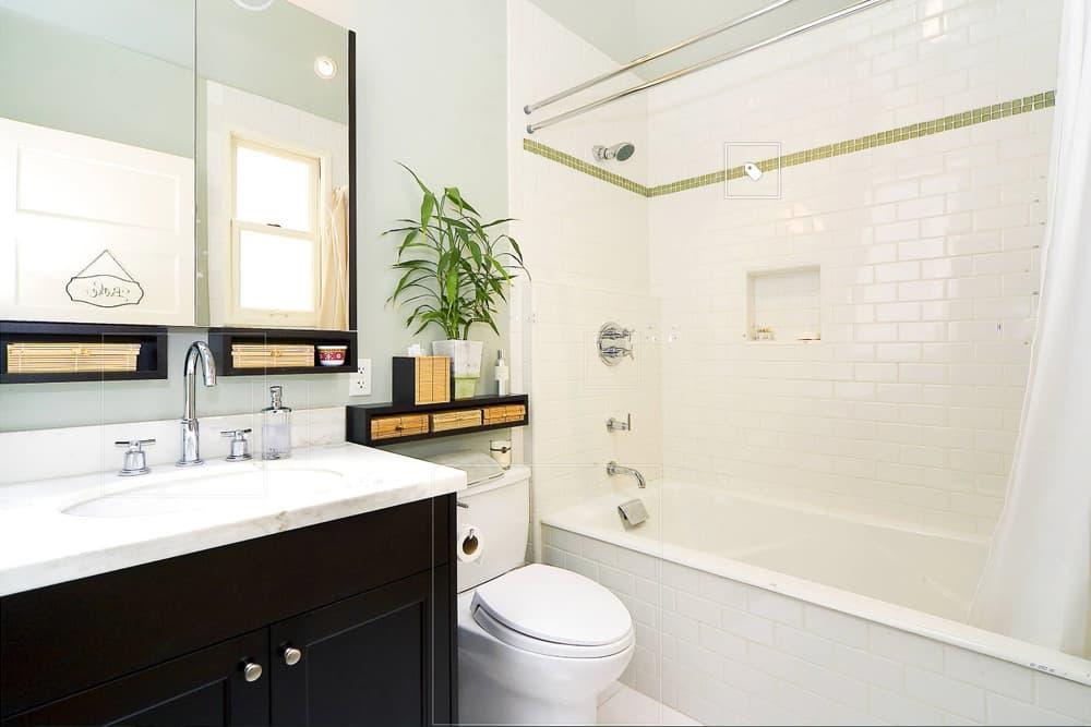 Светлая ванная с контрастными оттенками