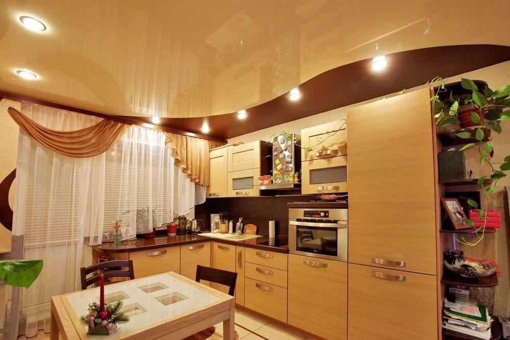 Многоярусный потолок на кухне