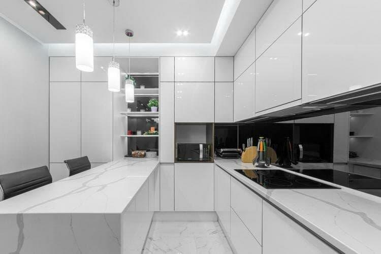 Кухня хай-тек в ограниченном пространстве