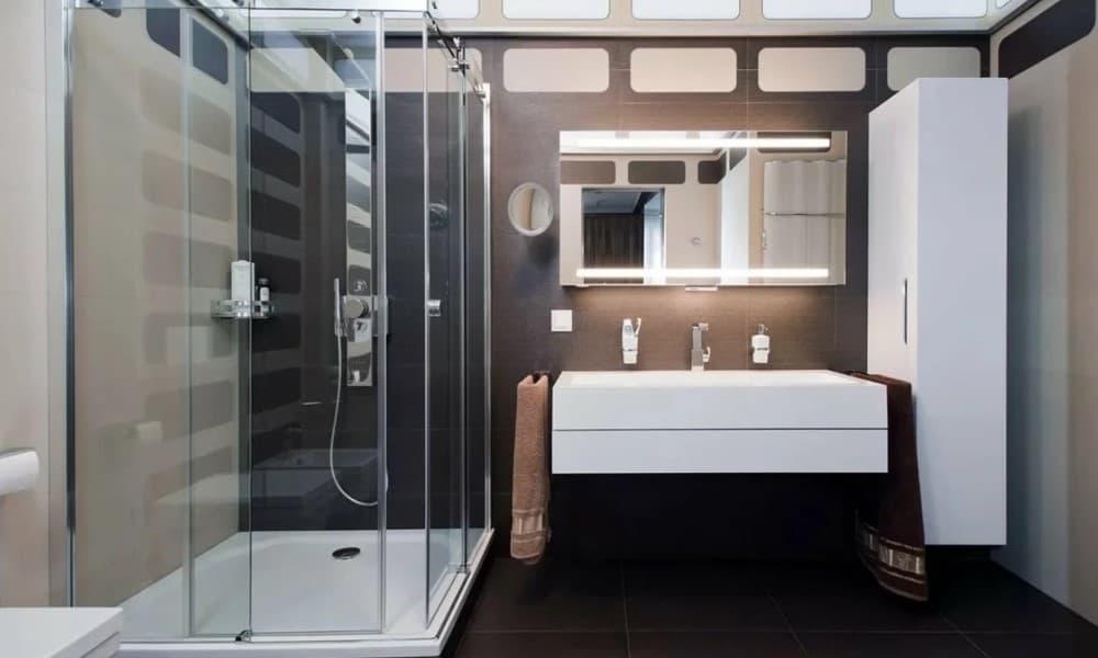 Хай-тек в ванной с душевой кабиной