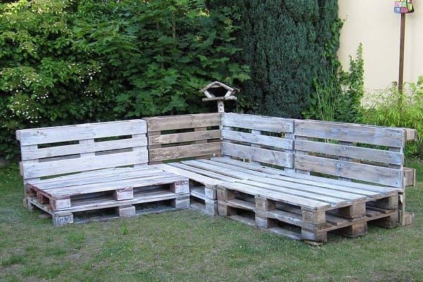 Угловая деревянная скамья